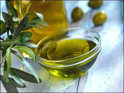ulei de masline - Uleiul de măsline presat la rece poate fi utilizat în tratamentul tenului uscat ca suport pentru măştile cosmetice.