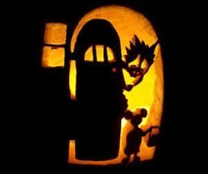 bostan de halloween cu fantoma dupa usa