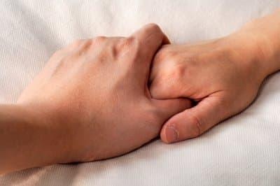 de ce ne apropiem mainile cand ne lovim durere maini