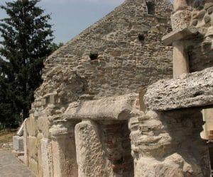 Biserica din Densus cu pereti din piatra si caramida
