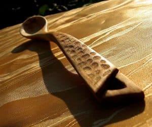 Lingura din lemn cu model inspirat din natura