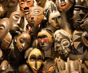 Perete cu masti tribale africane min