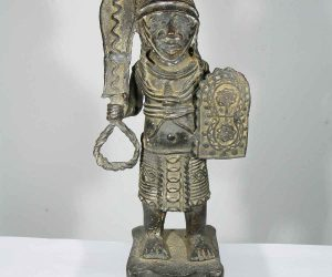 Statuie africana din bronz a unui razboinic ife din benin