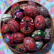 oua incondeiate ornamente pe ouale de paste