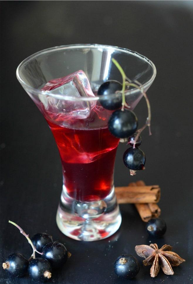 Lichior de coacaze negre cu mirodenii