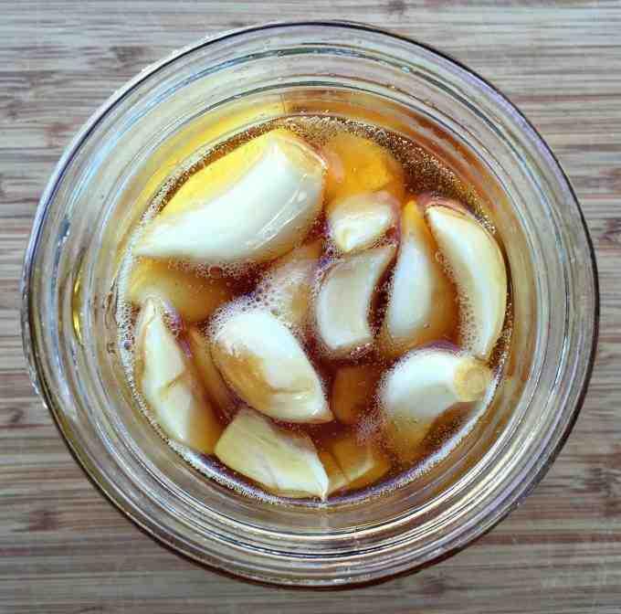 Usturoi fermentat in miere de albine