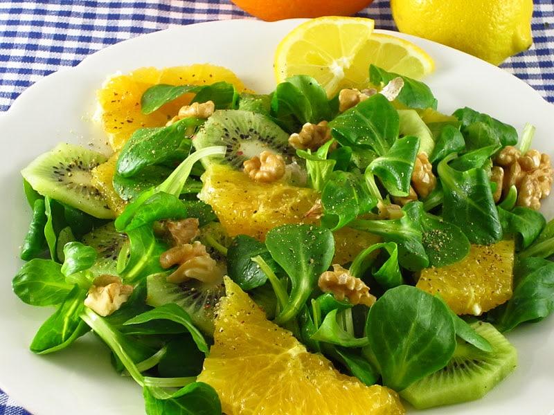 salata cu kiwi, portocale spanac si nuci