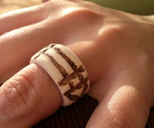 inelul magic Luxor - modelul din lemn purtat pe deget