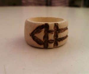 inelul magic Luxor din lemn pe masa
