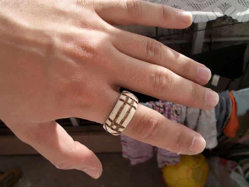 Inelul magic Luxor din lemn - modelul barbatesc purtat pe deget