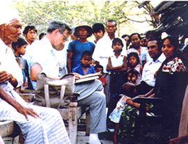 Dr. Ian Stevenson intervievând un subiect în Myanmar (sursa www.medicine.virginia.edu)