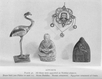 Aparitii misterioase - aporturi de la sedintele de spiritism unde Jack Webber a stat ca medium. O pasăre de alamă, o statuetă Buddha, un mozaic ornamental și un ornament egiptean.