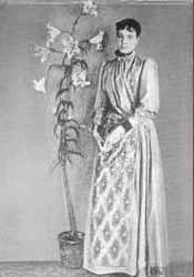 Mediumul Elizabeth d'Esperance în picioare lângă planta dintrun ghiveci cu pamânt, care a fost aprotată întruna din ședințele sale.