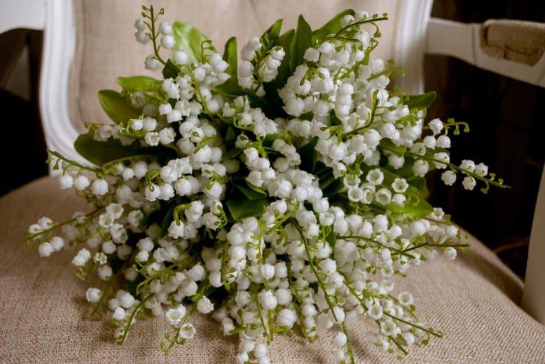 Lacramioarele buchet de flori albe