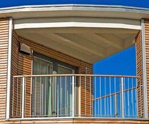 casa pe structura de lemn - balcon pe colt