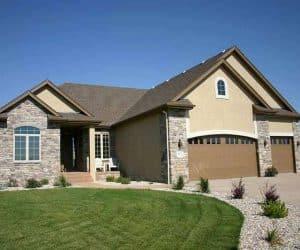 model casa pe structura de lemn cu fatada placata cu piatra
