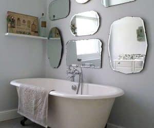 baia cu cada inconjurata de oglinzi