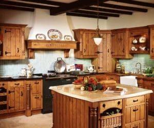 bucatarie traditionala cu farfurii si mobila din lemn