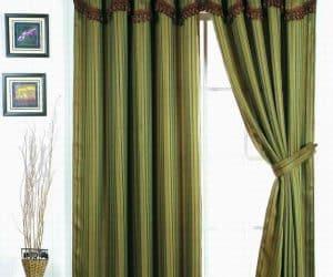 decorarea geamului cu vaza rame foto sau tablouri si draperie