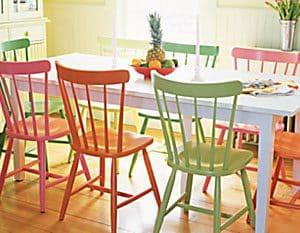 masa cu scaune vopsite cu culori vii