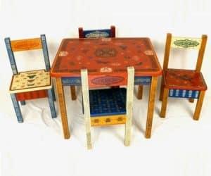 masa si scaune din lemn pictate cu modele traditionale