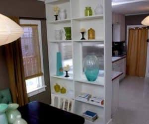 o biblioteca reconditionata cu rafturi pline de obiecte decorative