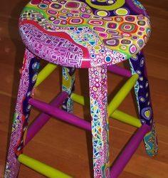 scaunel taburel pictat cu multe culori si forme
