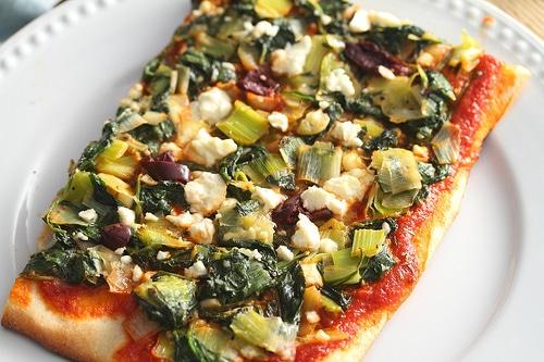 pizza greceasca cu spanac praz si masline