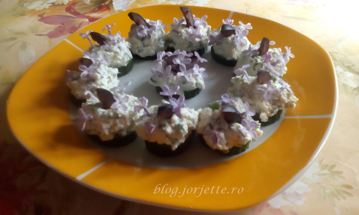 Aperitiv cu branza de vaci marar arpagic si flori de liliac