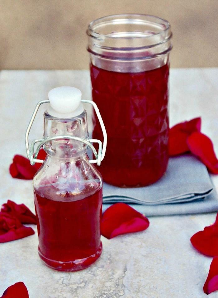 Cum sa faci acasa apa de trandafiri - Apa de trandafiri reteta cu petale de trandafiri proaspete