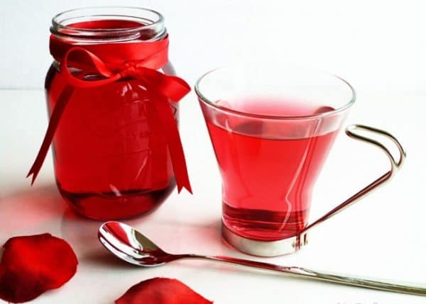 Cum sa prepari reteta sirop de petale de trandafiri - Sirop de trandafiri rosii din petale de trandafiri proaspete