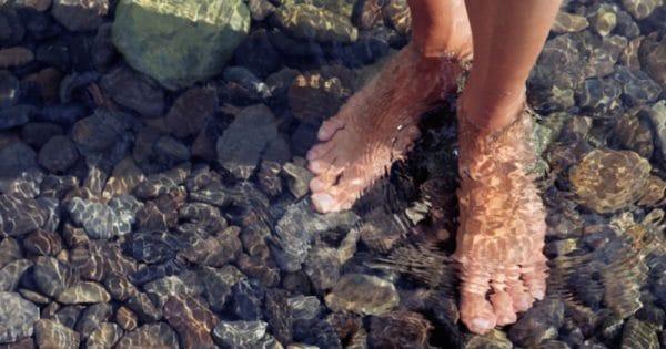 Impamantarea in apa beneficiile mersului descult