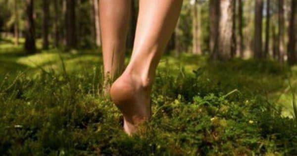 Mersul descult sau mersul cu picioarele goale