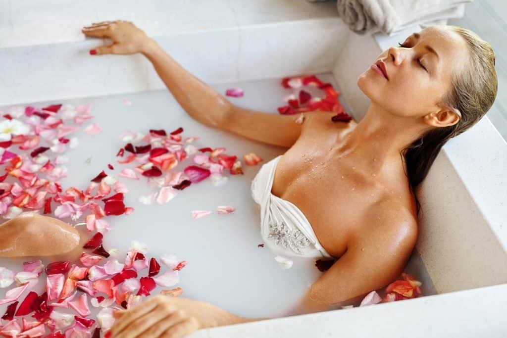 Baie relaxanta cu zer si petale - baie cu arome si uleiuri