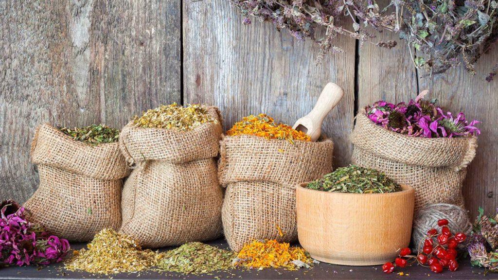Ambalarea plantelor medicinale in saci de canepa