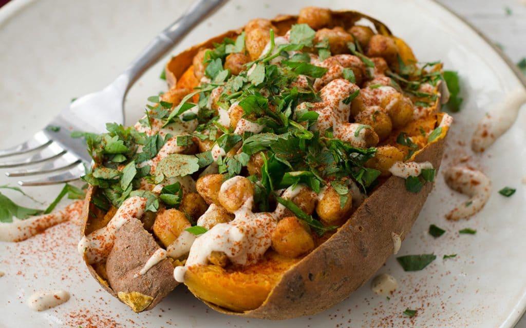 Cartofi dulci umpluti cu naut cu sos de usturoi si patrunjel