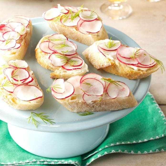 Felii de paine cu unt si ridichi rosii feliate
