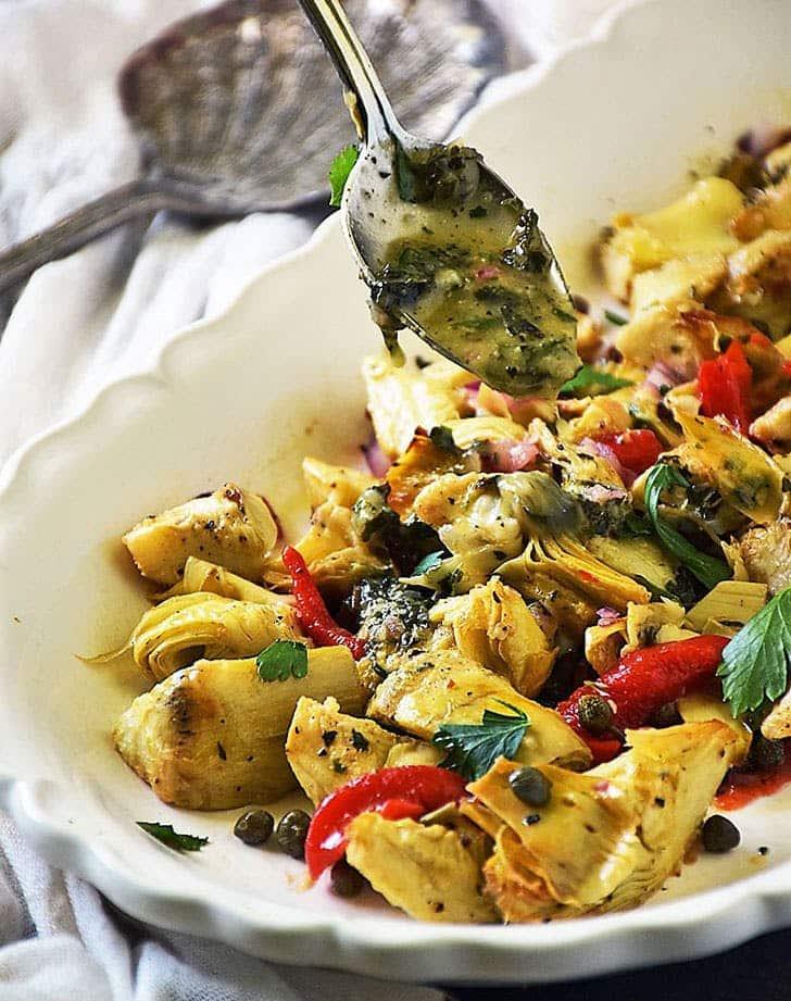 Salata de anghinare coapta cu ardei capere si sos