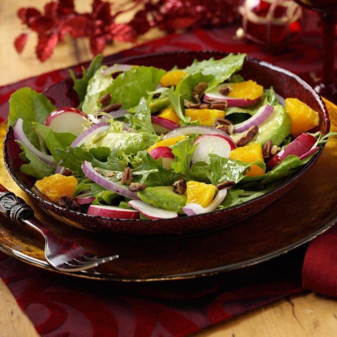 Salata verde cu ridichi avocado portocale si nuci pecan