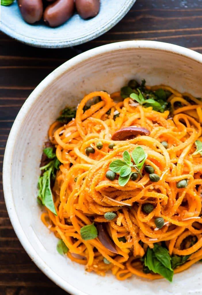 Spaghetti din cartofi dulci cu sos de rosii capere masline si busuioc