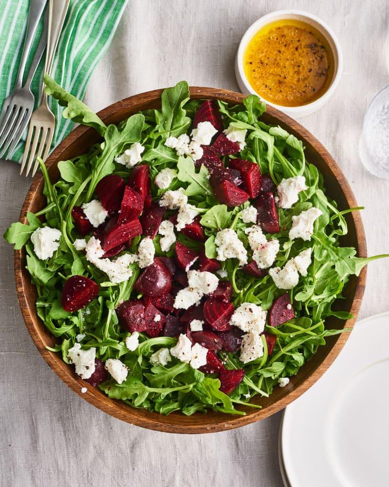Salata de rucola cu sfecla rosie si branza de capra