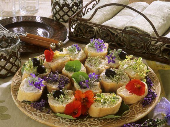 Felii de paine cu branzeturi unt flori de condurasi si alte ierburi