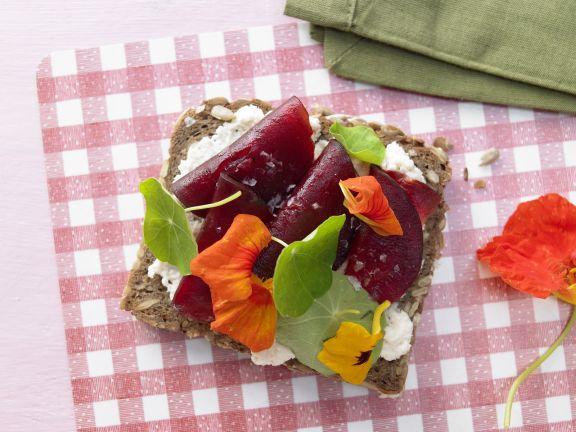 Paine integrala cu sos de hrean felii de sfecla rosie si condurasi