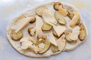 Pizza cu cartofi copti si branza