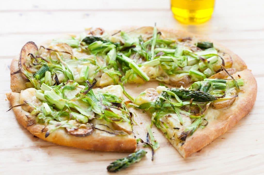 Pizza de casa cu sparanghel si cartofi copti