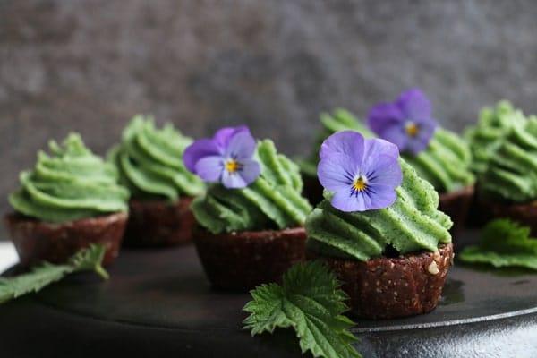 Raw cupcakes cu ciocolata si inghetata de urzici reteta vegana