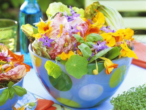 Salata cu caltunasi si alte flori comestibile