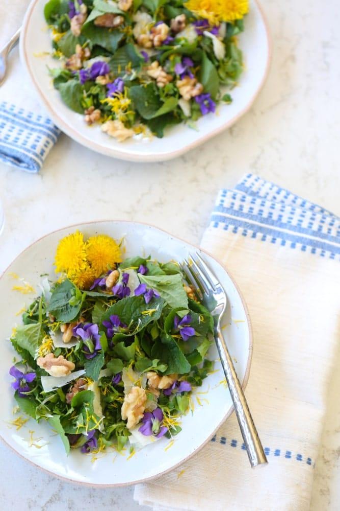 Salata cu frunze si flori de toporasi rocoina papadie si nuci