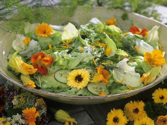 Salata de castraveti cu flori e condurasi si galbenele
