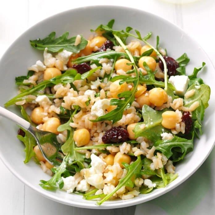 Salata de orez cu rucola naut feta si merisoare